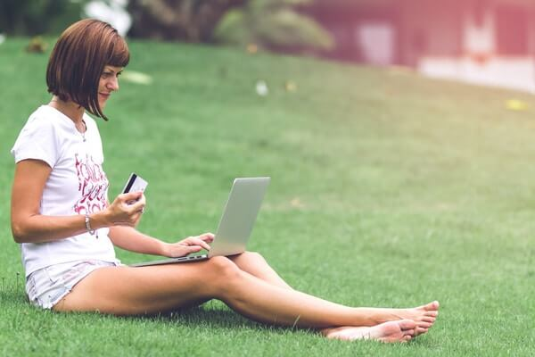 Nainen istuu puistossa