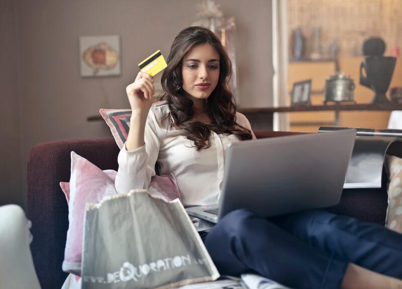 Nainen shoppailee netistä